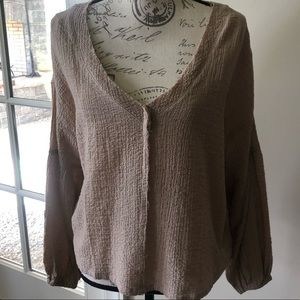 Blu pepper gauze taupe top size Large NWT